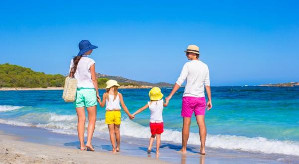 Familie beim Strandurlaub
