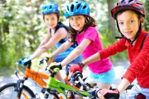 Kinder mit Fahrradhelm