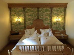 Bett in Fürsten-Suite im Kinderhotel Alpenrose