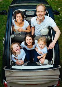 Familie im Auto_Reisen mit Kindern