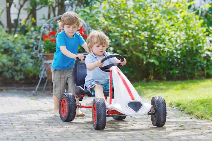 Kinder mit Kettcar