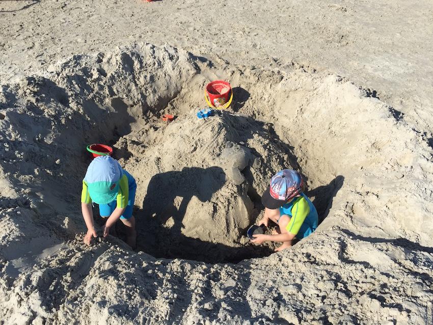 Strandurlaub mit Kindern_Sandburg bauen