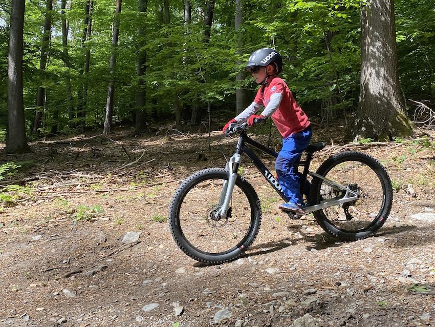 woom OFF AIR im Praxis-Test_Fahrt im Wald
