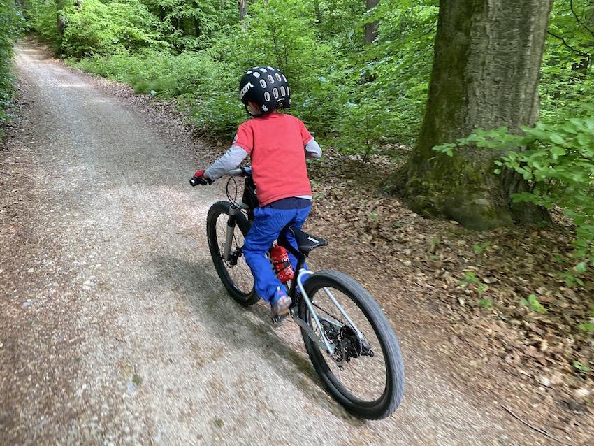woom OFF AIR im Praxis-Test_auf dem Waldweg
